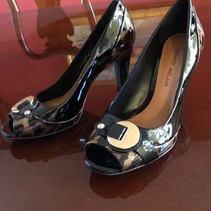 Patent leather black and leopard trim pumps
